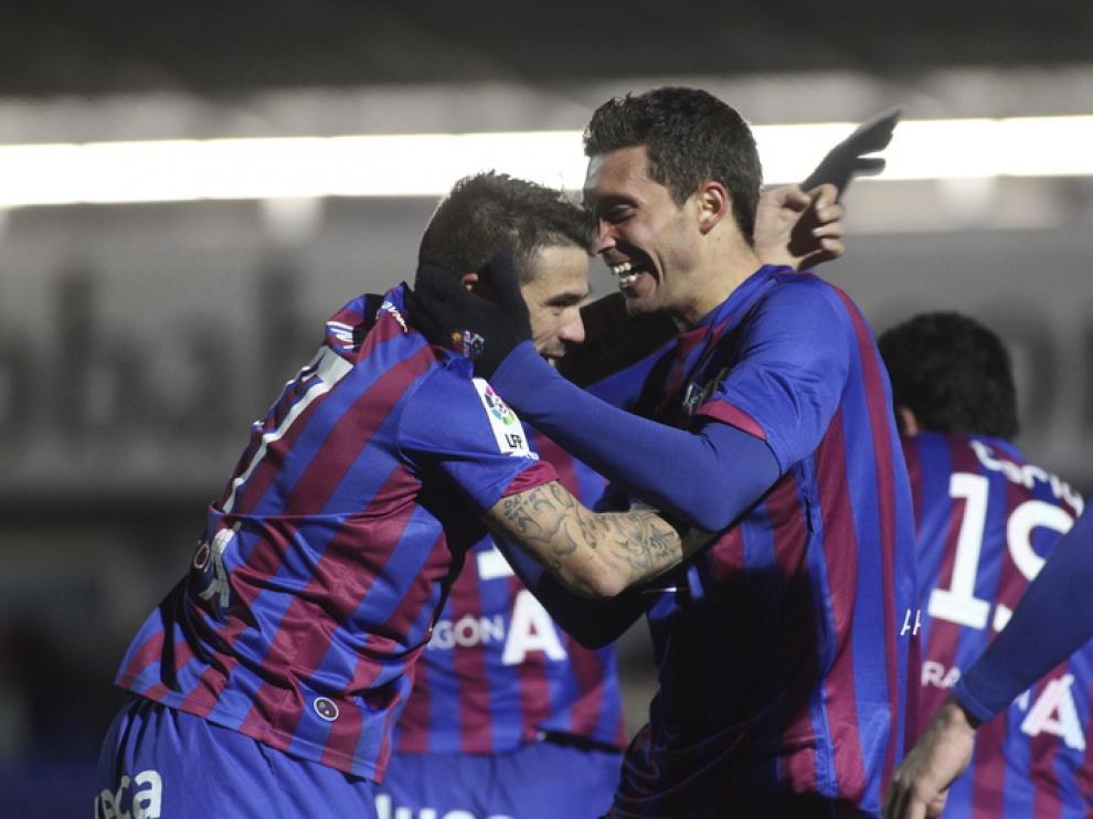 Los jugadores del Huesca celebran un gol en El Alcoraz