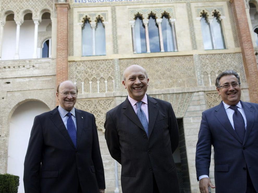 El alcalde de Sevilla, Wert y Miguel Roca en otro acto el mismo día de la protesta
