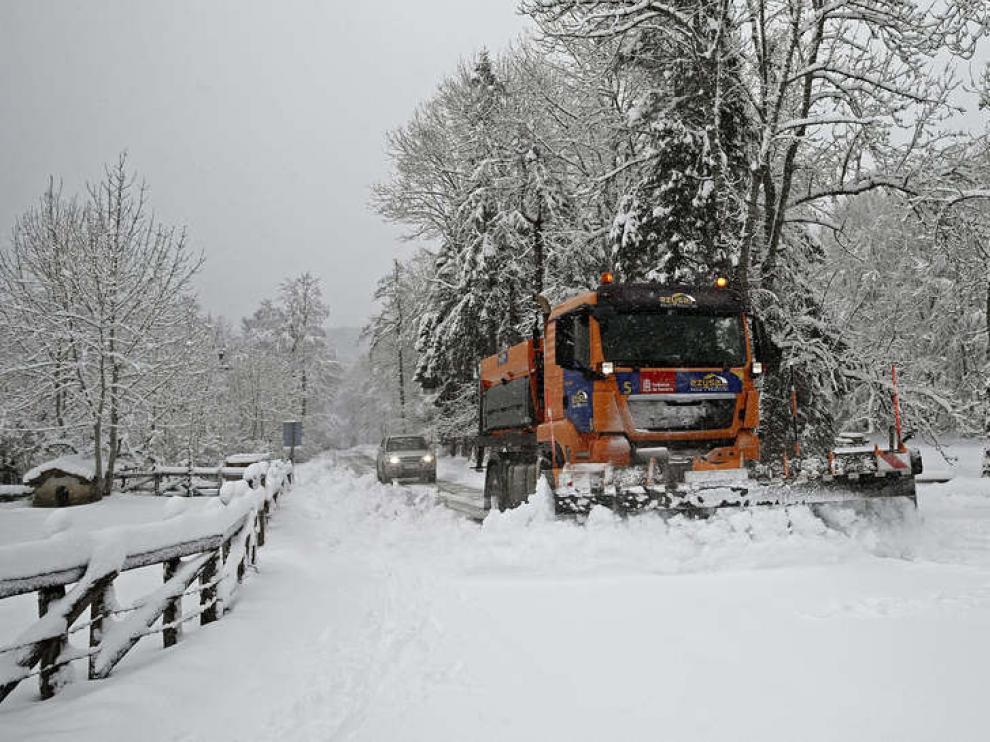 Un camión quitanieves retira la nieve acumulada en la NA-7510, en la Sierra de Aralar.