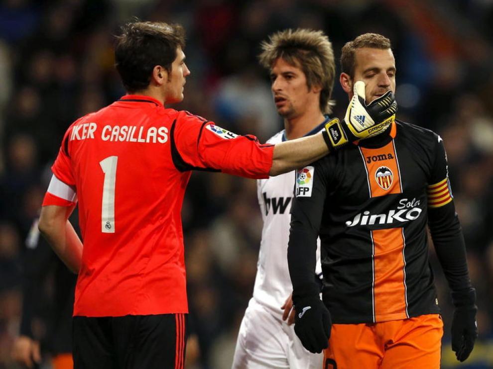 Iker Casillas junto al delantero del Valencia Roberto Soldado
