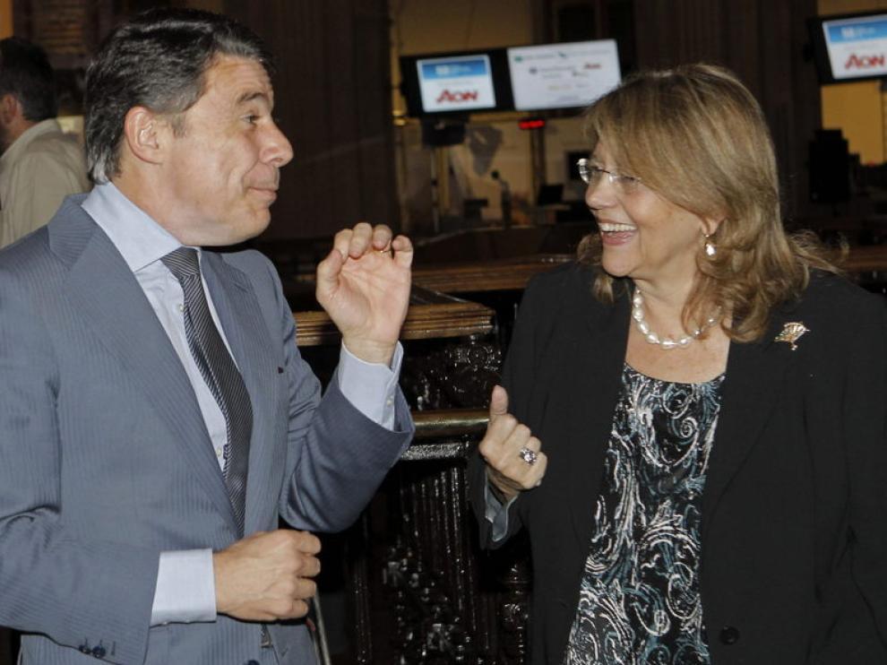 El presidente de la Comunidad de Madrid, Ignacio González (i), conversa con la presidenta de la CNMV, Elvira Rodríguez