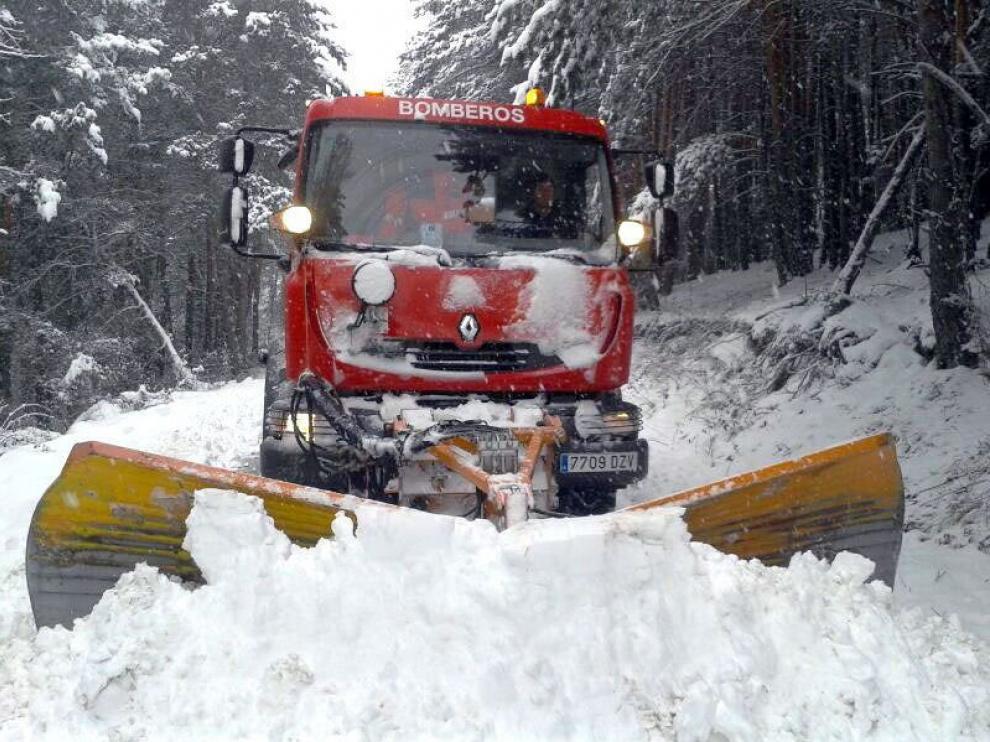 Un vehículo de bomberos realizando trabajos de limpieza de la nieve en una foto de archivo.