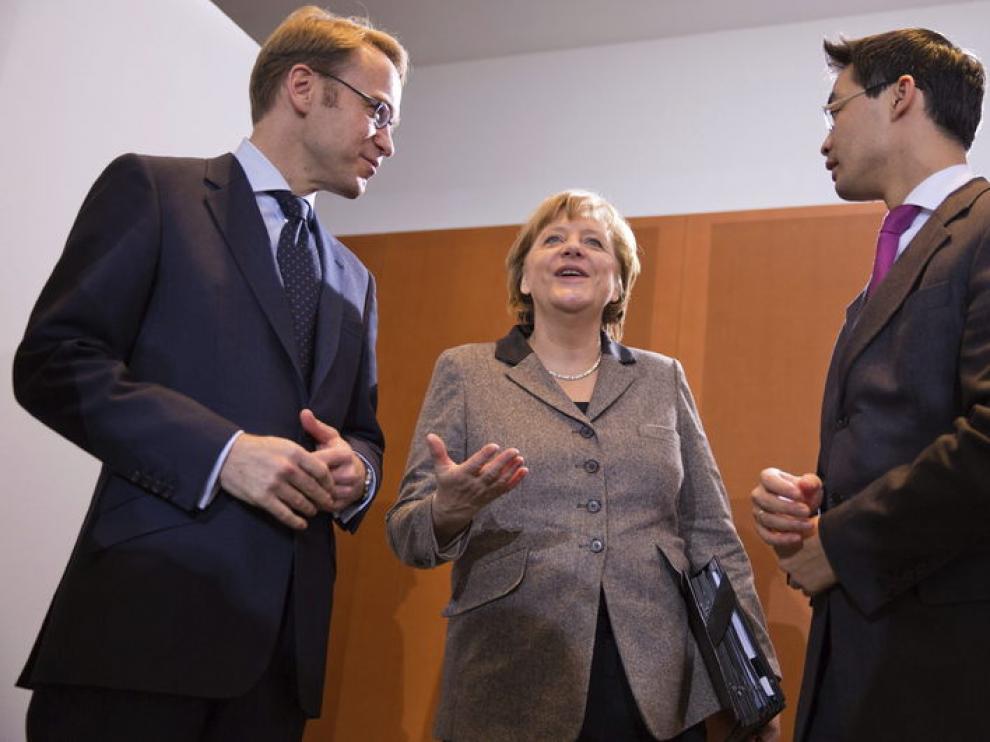 Angela Merkel conversa con su ministro de Economía, Philipp Rösler.