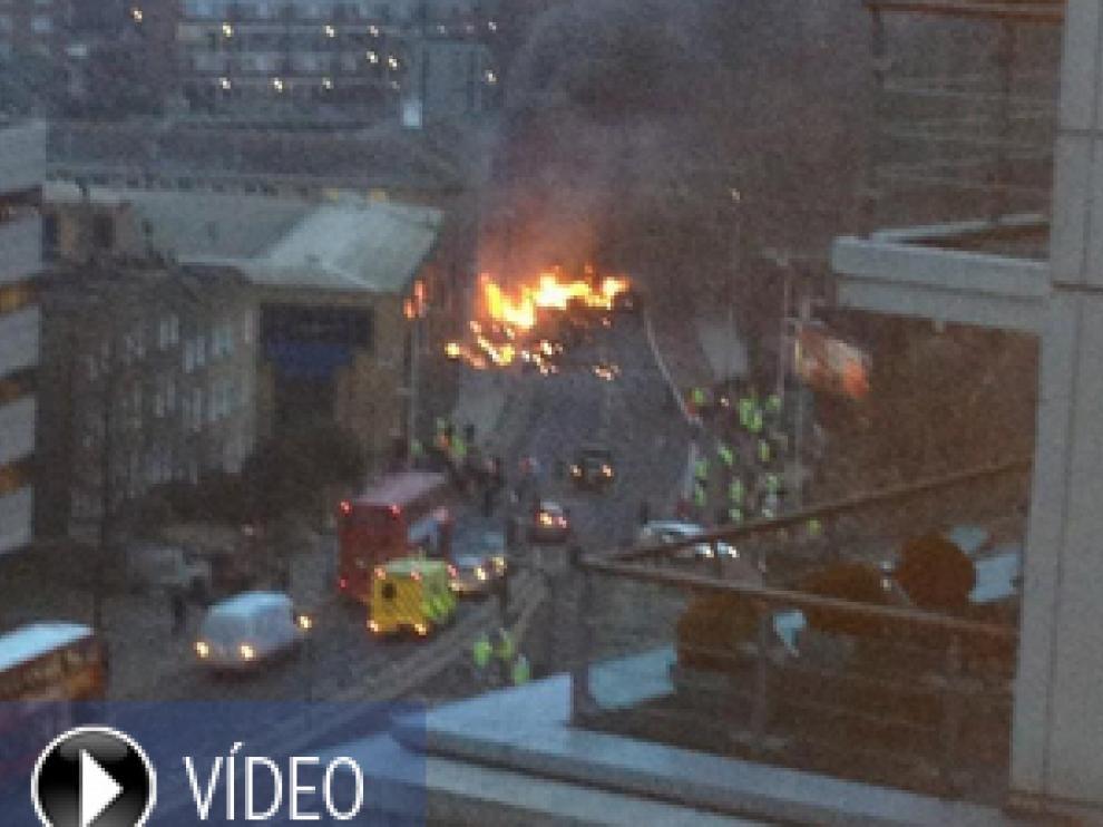 Un helicóptero se estrella contra una grúa cerca de una estación ferroviaria en Londres
