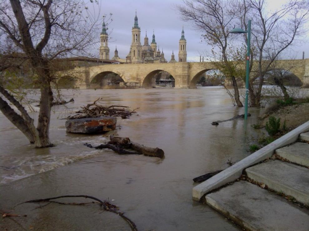Vista de la crecida del río Ebro desde Zaragoza