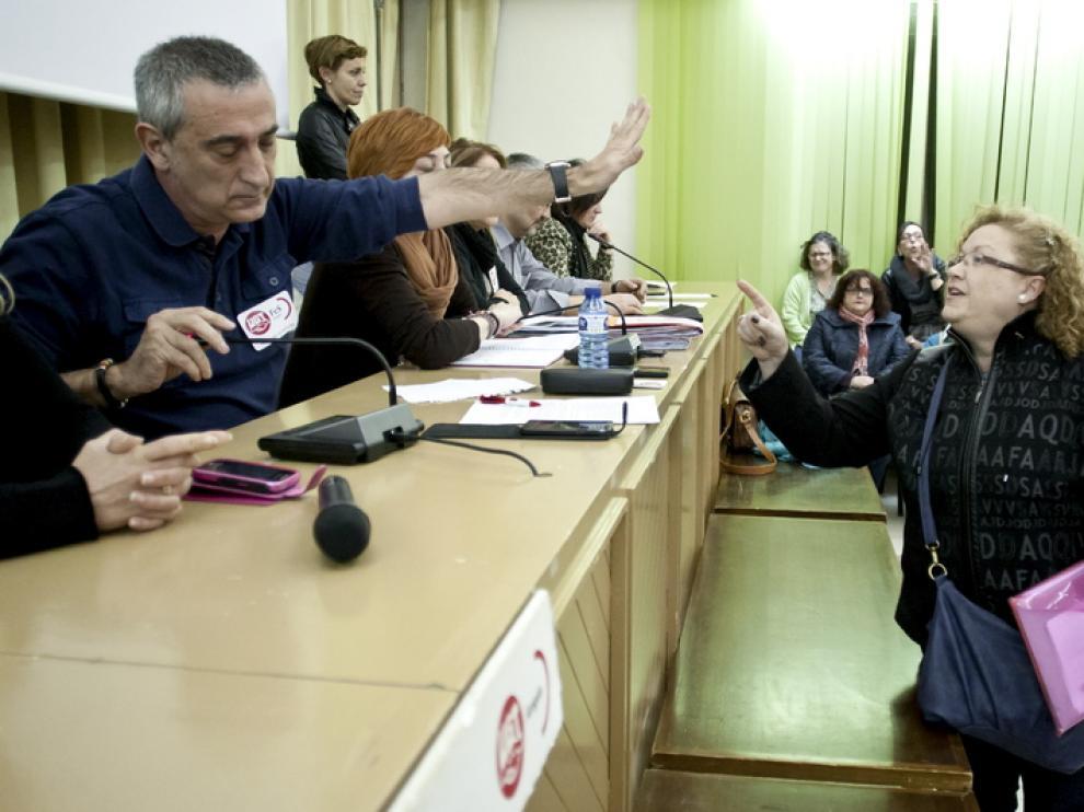 Pepe Gimeno, de UGT, y Sagrario Mirablanca, de CC.OO., enfrentados en la asamblea