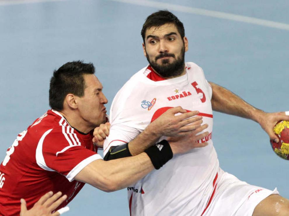 Jorge Maqueda lucha por la posesión del balón.
