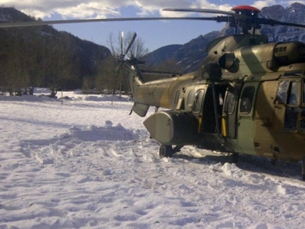 Helicóptero que participa en el operativo de evacuación.