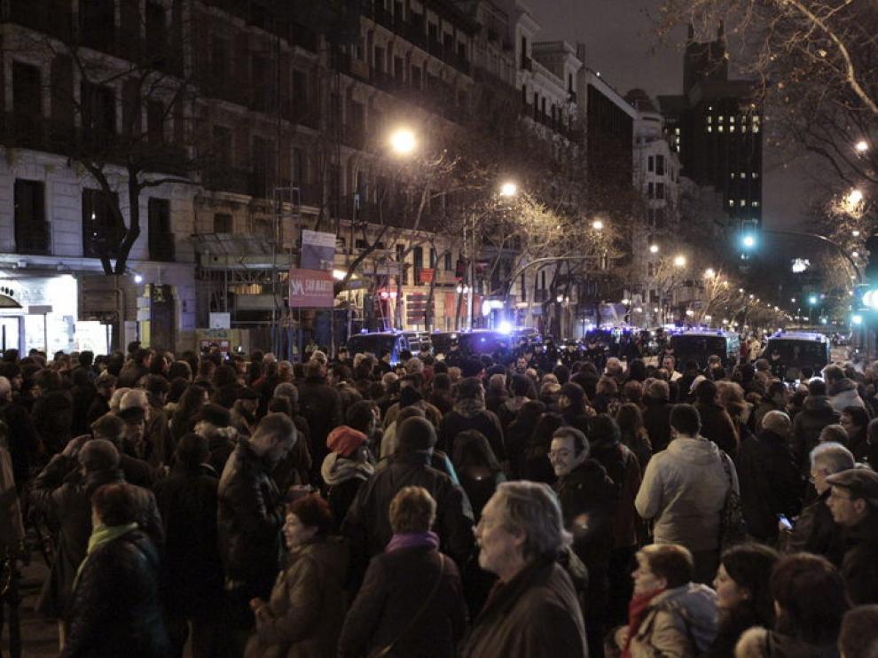 Personas concentradas ante la sede del PP en Madrid