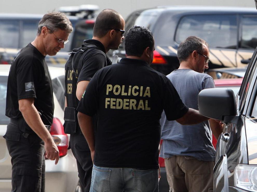 El presunto etarra Joseba Gotzon Vizán escoltado por miembros de la Policía Federal.