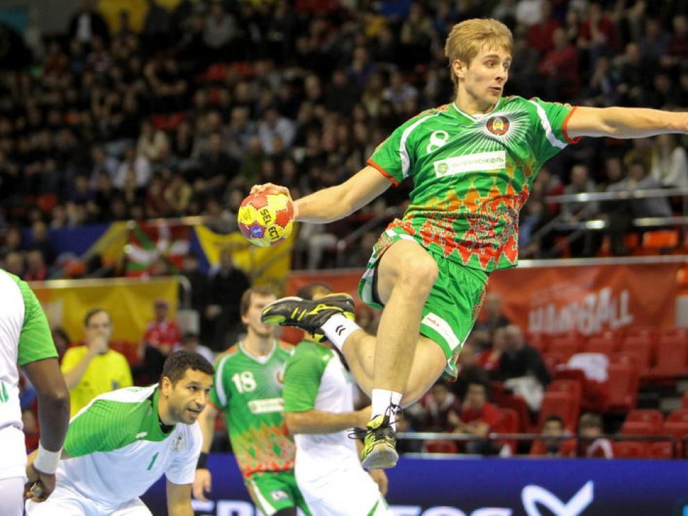El lateral de Bielorrusia Dzmiytry Kamyshyk intenta un lanzamiento ante la portería de Arabia Saudí