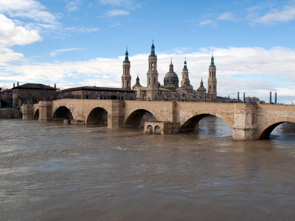La subida del caudal del Ebro obliga a cerrar al público la ribera del Ebro