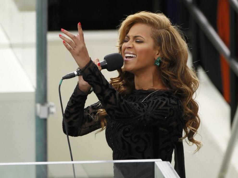 La cantante entonó el himno ante miles de personas