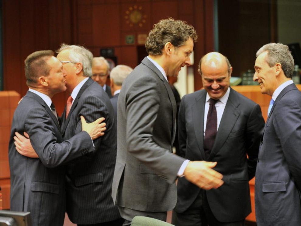 De Guindos, entre Juncker y Dijsselbloem