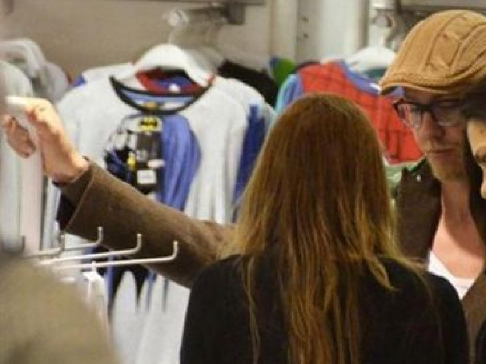 Romina y Guti de compras
