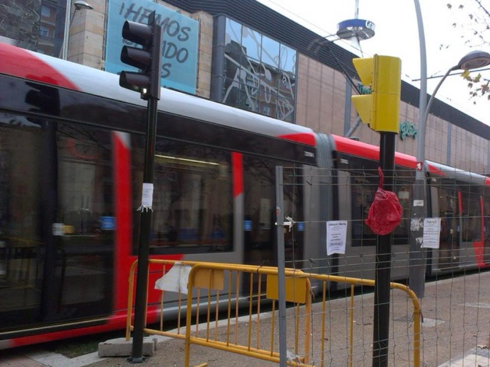 Un tranvía en pruebas circulando por la avenida de María Zambrano, junto a Grancasa.