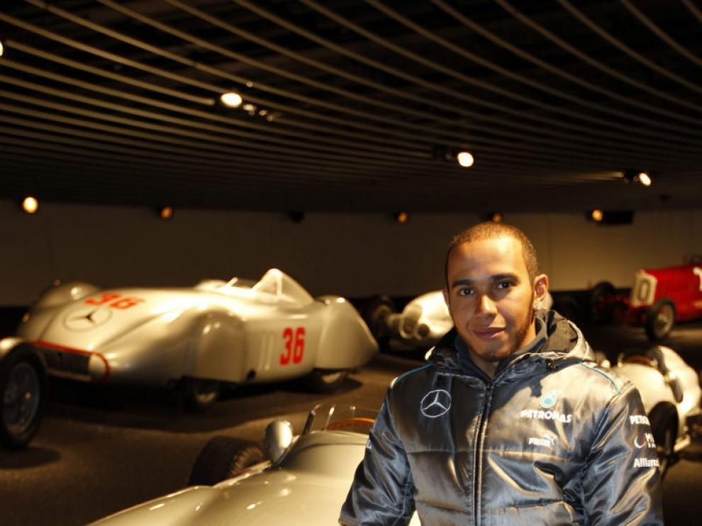 Hamilton durante su visita al museo Mercedes-Benz de Stuttgart