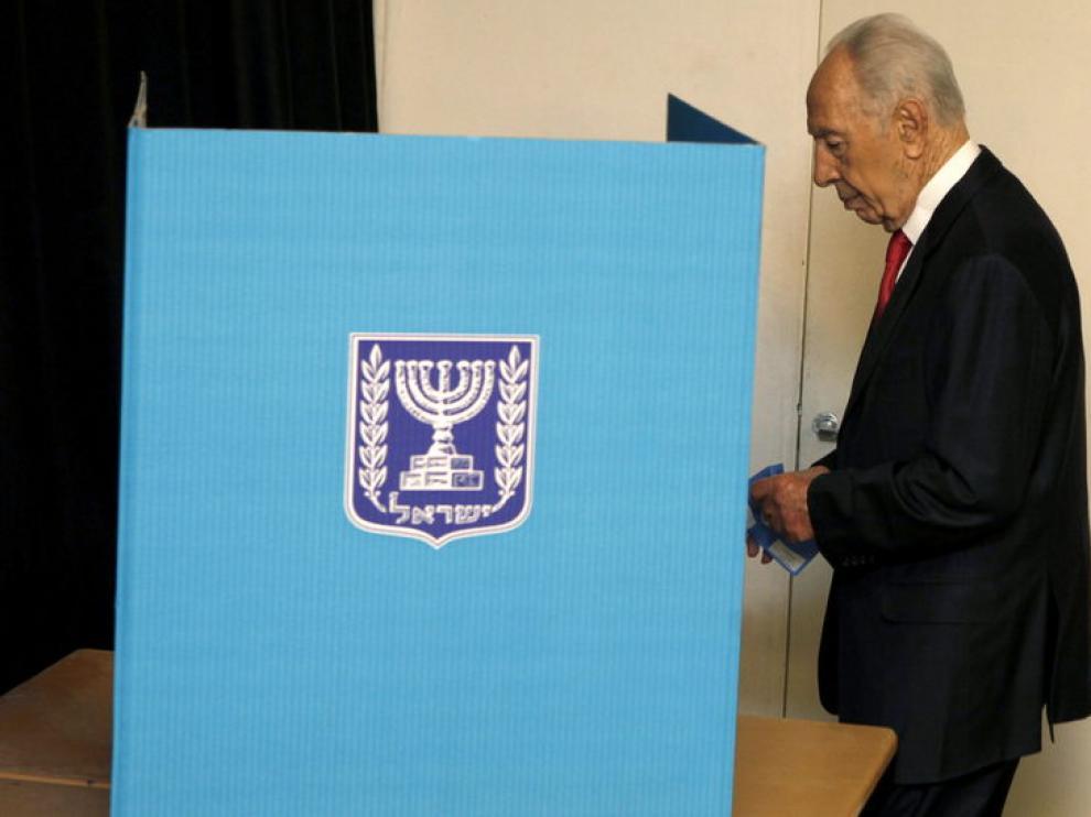 Simon Peres acude a votar