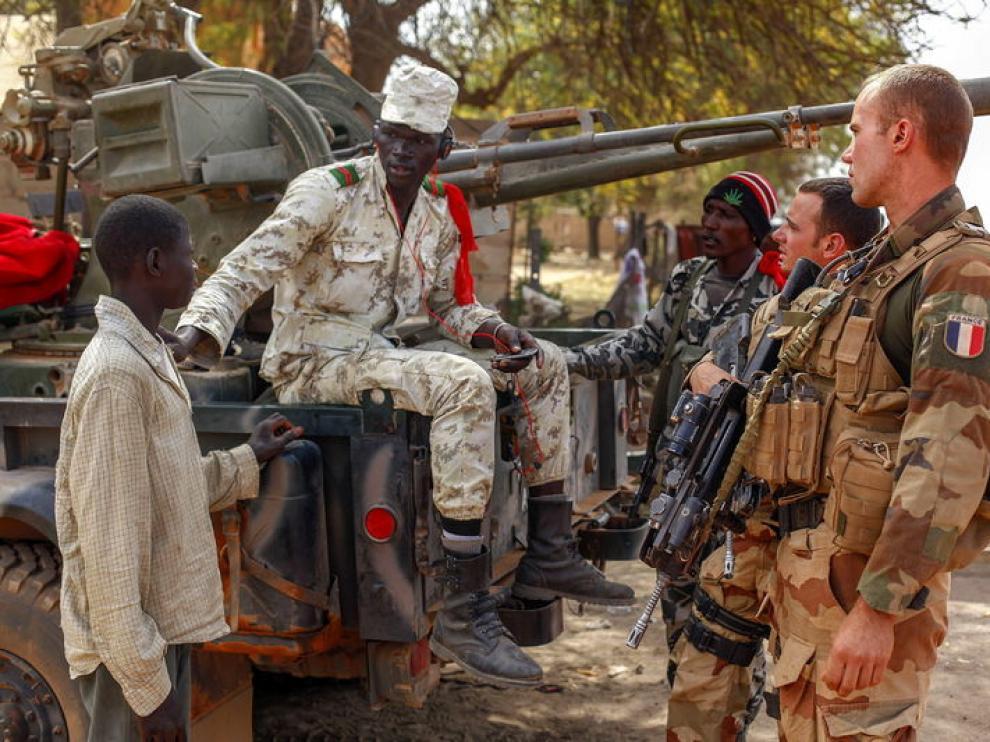 Militares malienses y franceses en la recién liberada ciudada de Diabali
