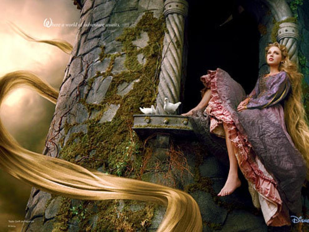 Taylor Swift con una larga melena rubia