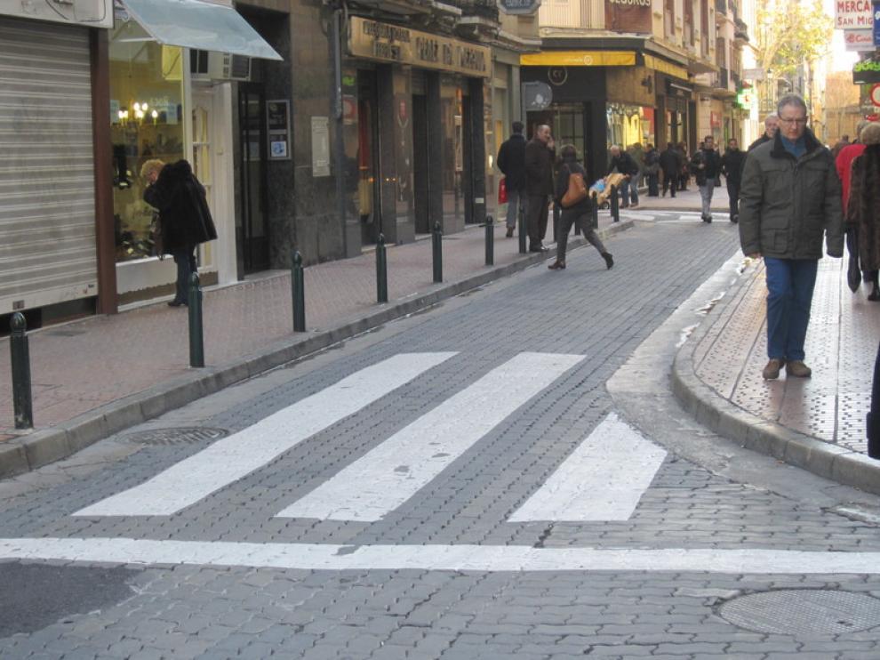 Paso de peatones sin adaptar en la calle San Miguel