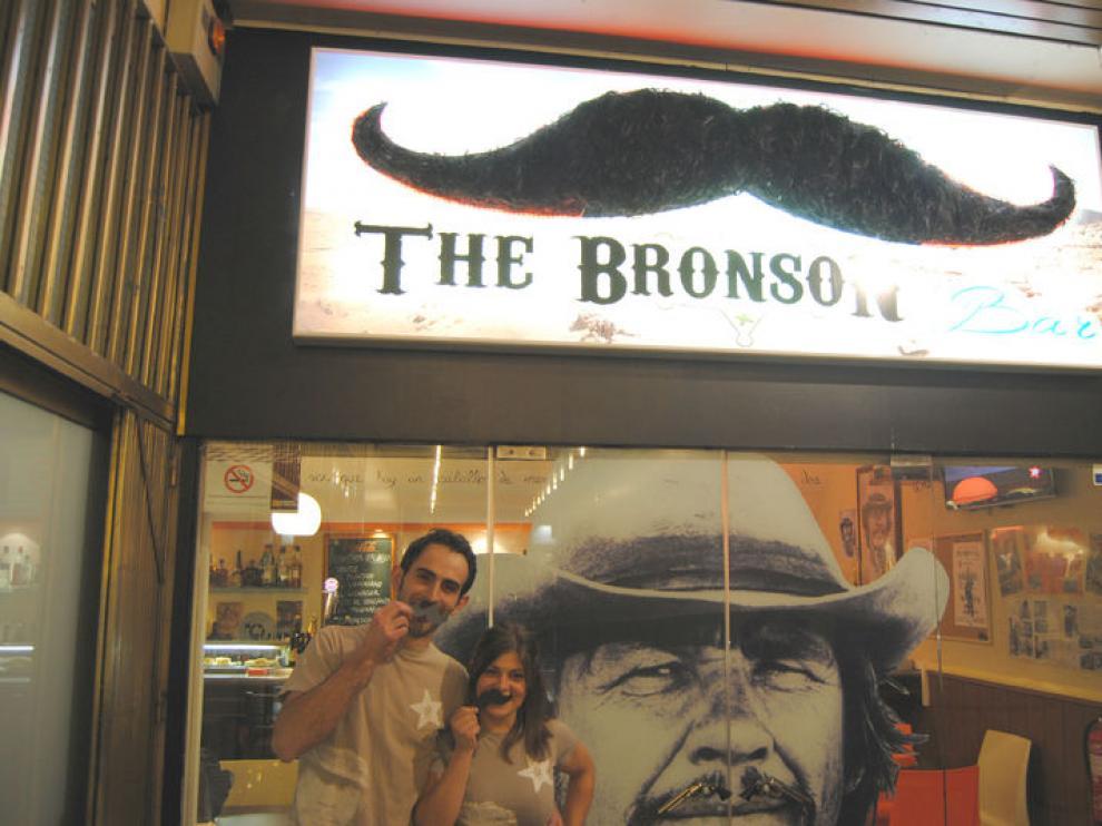 Patricio y Carmen, en la puerta de The Bronson Bar
