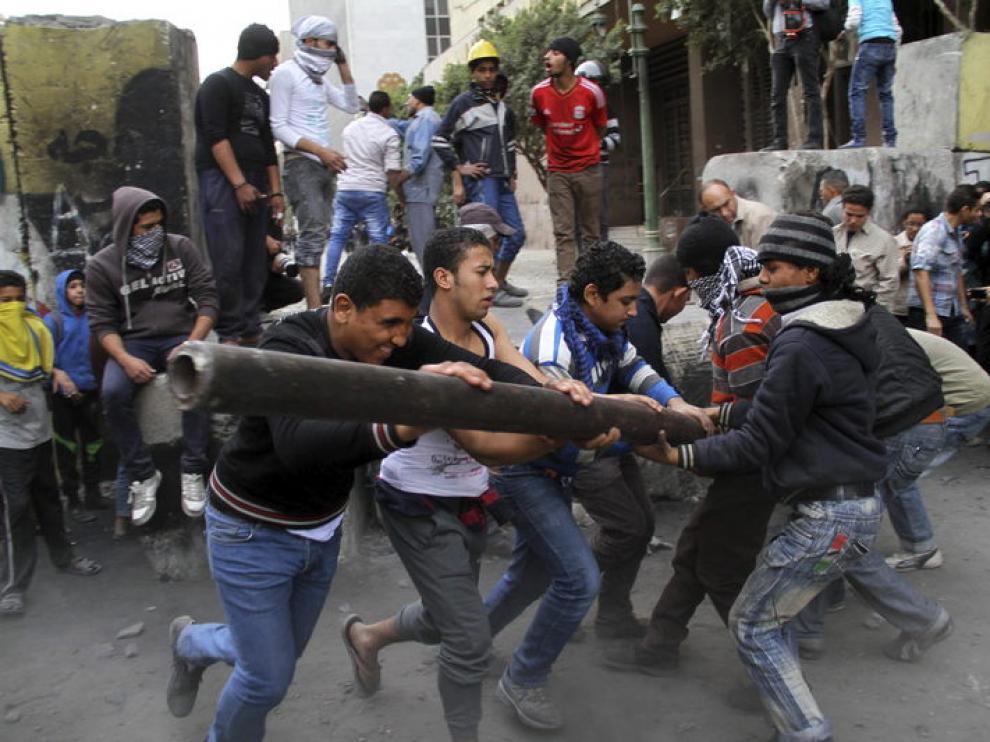 Jóvenes intentan derribar un muro que aísla el Parlamento de la plaza Tahrir
