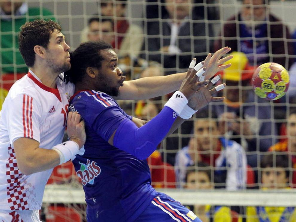 Zlatko Horvat lucha con Cédric Sorhaindo por el balón