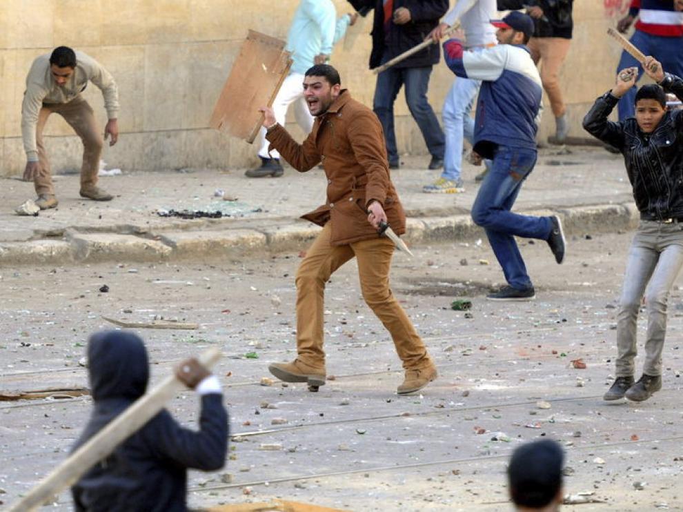 El segundo aniversario de la revolución que derrocó a Hosni Mubarak deja más de un centenar de heridos en El Cairo y en Alejandría