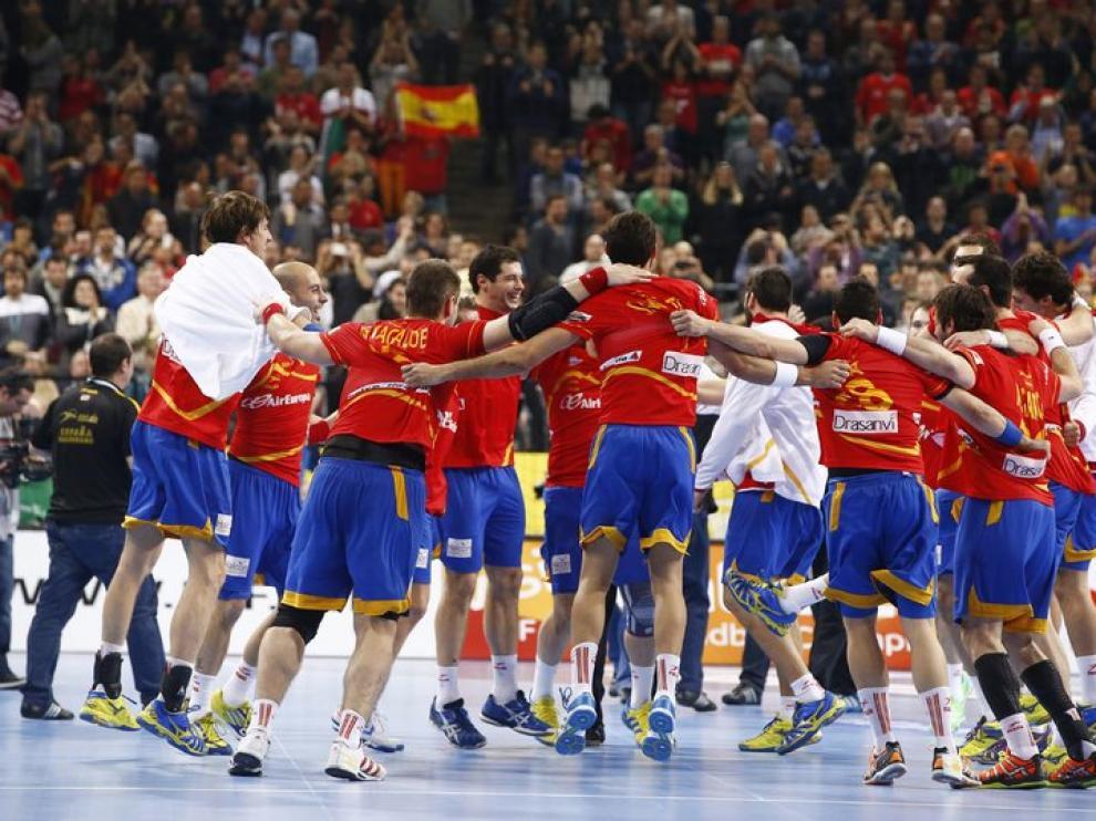 La selección española de balonmano celebra su victoria frente a Eslovenia en el Palau Sant Jordi.
