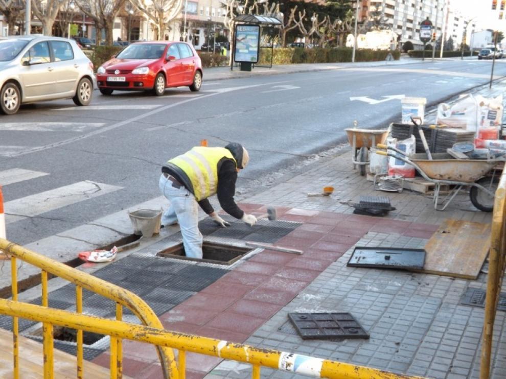 Obras de rebaje de las aceras en la avenida de Martínez de Velasco