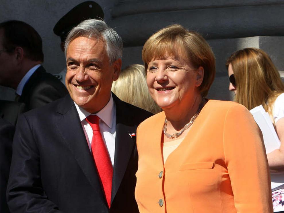 La caniller alemana saluda al presidente de Chile, Sebastián Piñera