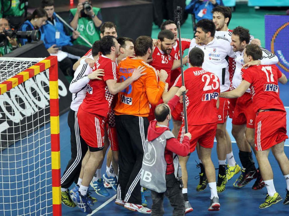 El equipo croata celebra la victoria en Barcelona