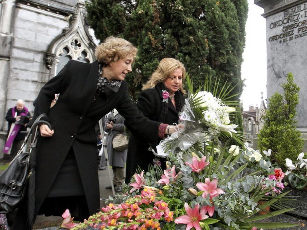 La hermana y la viuda de Gregorio Ordóñez visitan la tumba del concejal asesinado