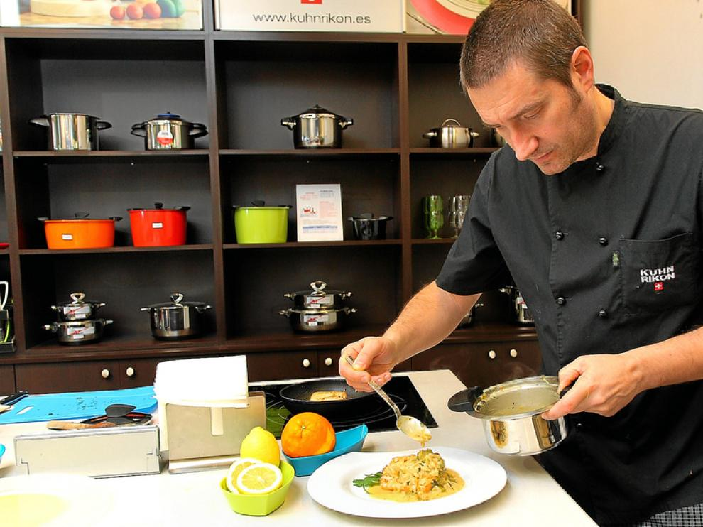 José Manuel Martínez preparando una receta de salmón