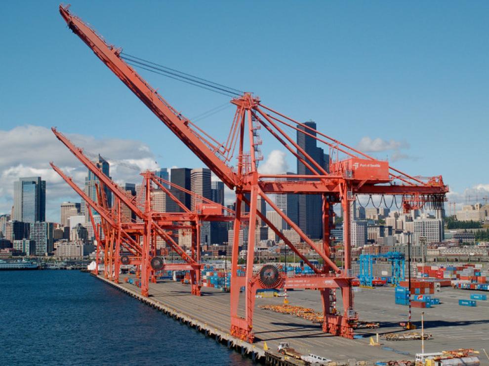 Las mercancías llegan a puertos de todo el mundo, como este de Seattle, en EE. UU.