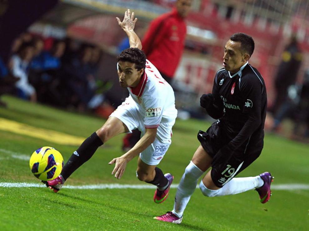El delantero del Sevilla Jesús Navas lucha un balón.