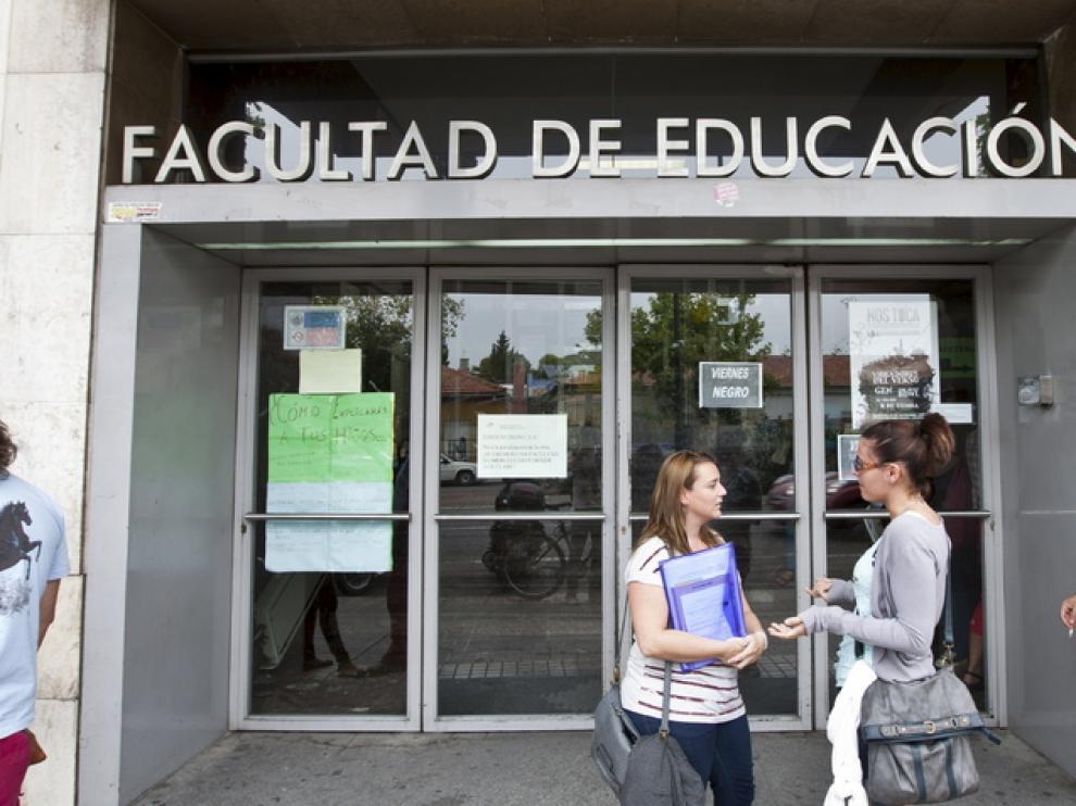 Varios universitarios, en la puerta de la facultad de Educación