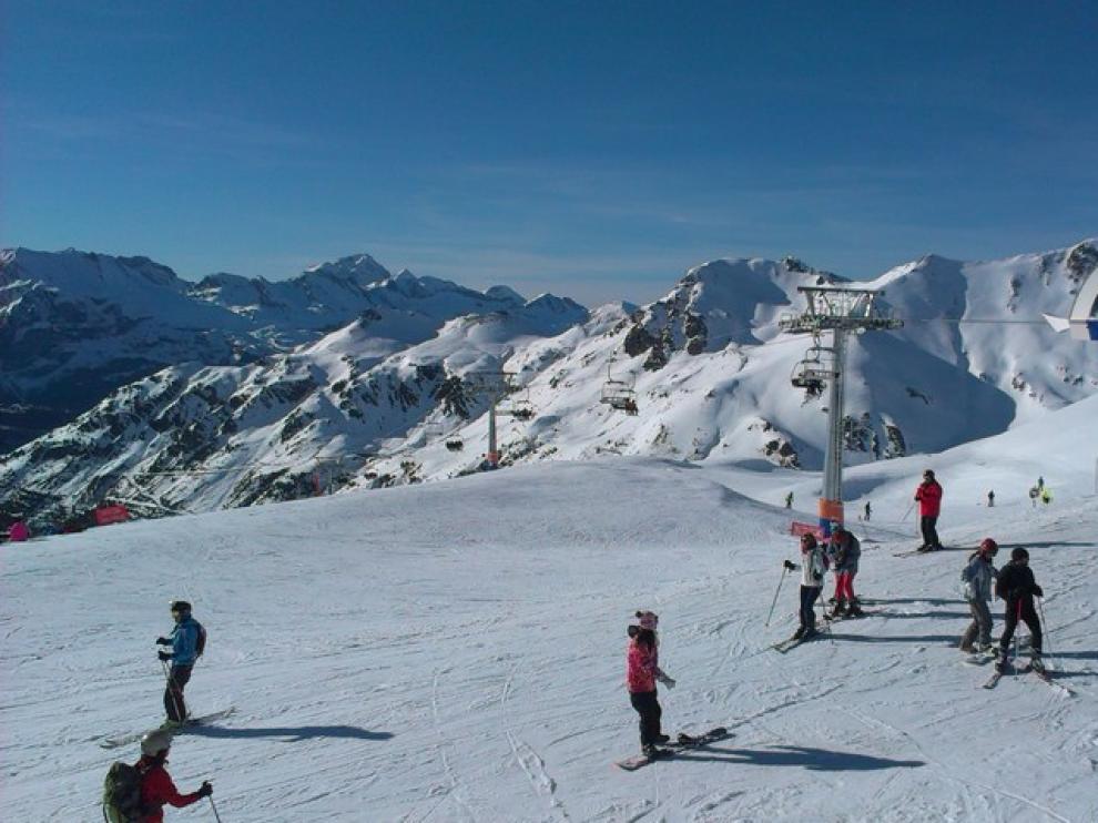 Esquiadores en la estación de Astún.