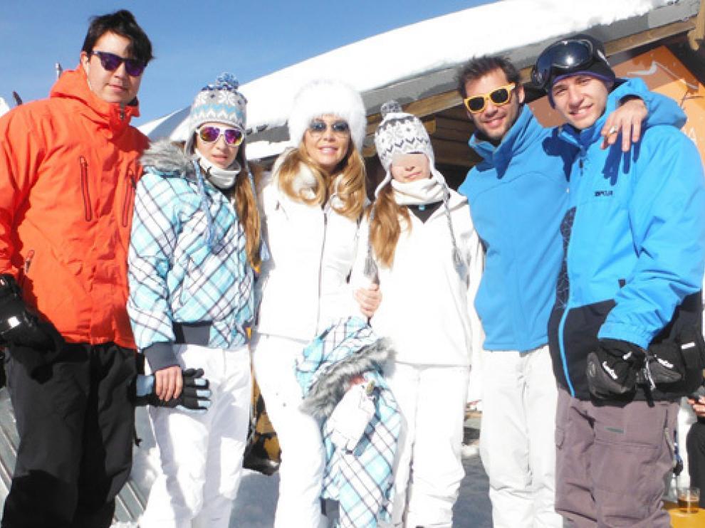 Norma Duval con la familia en la nieve