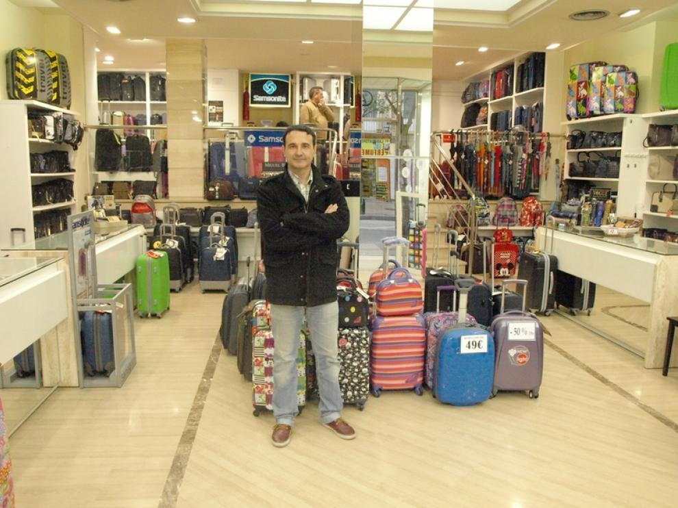 Óscar, en su tienda de maletas y bolsos.