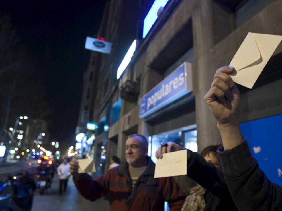 Manifestantes en la sede del PP en Zaragoza
