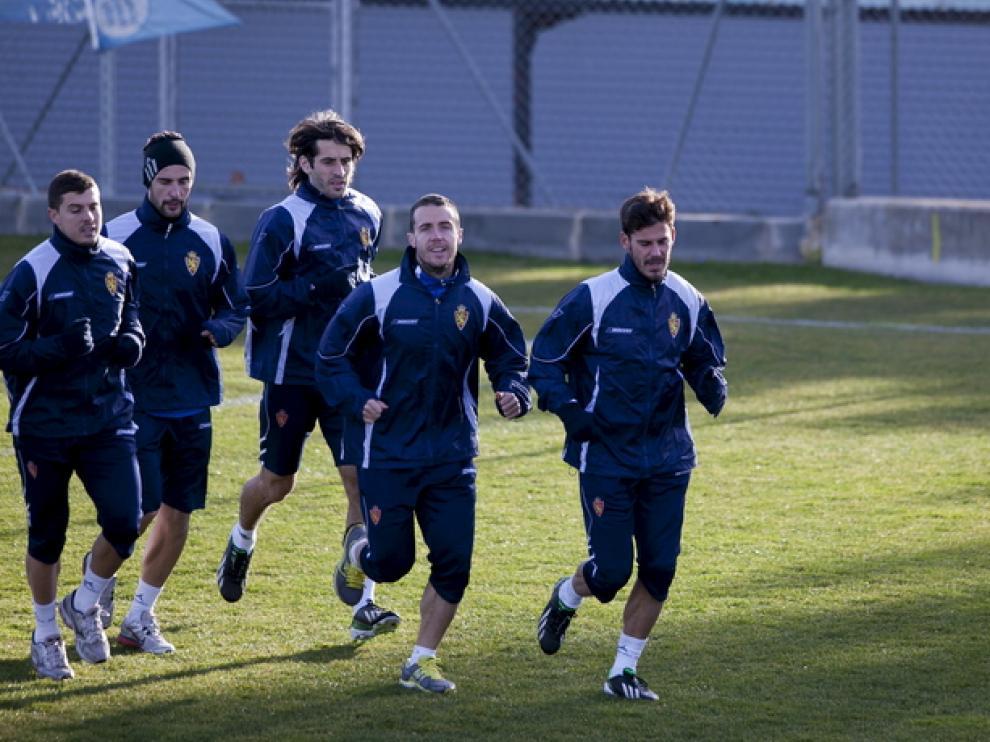 Jiménez corre con los jugadores del R. Zaragoza.