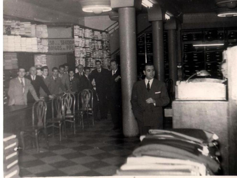 Juan Ferrer en 1955 con sus empleados, antes del boom del 'prêt a porter'
