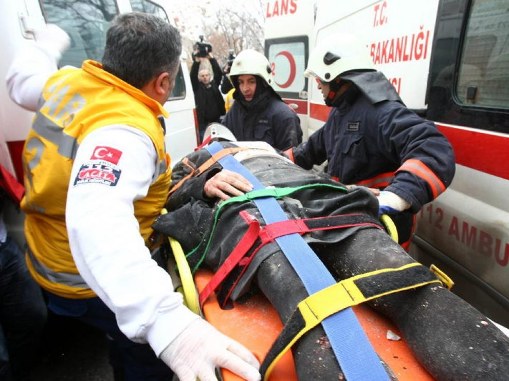 Traslado de uno de los heridos en el ataque