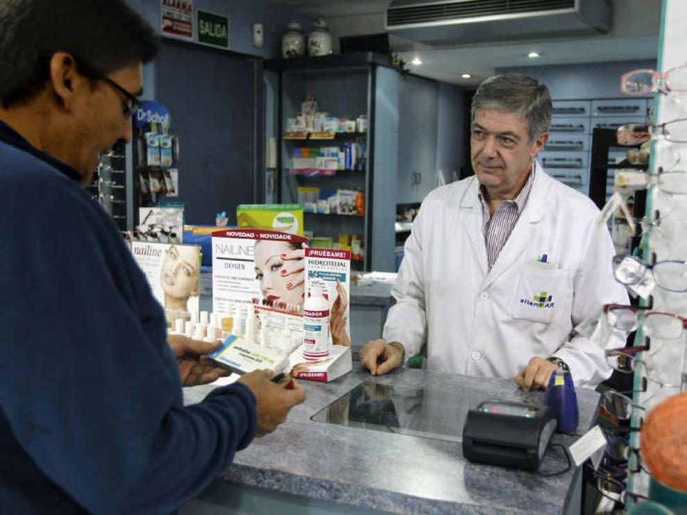 Un usuario compra medicinas en una farmacia