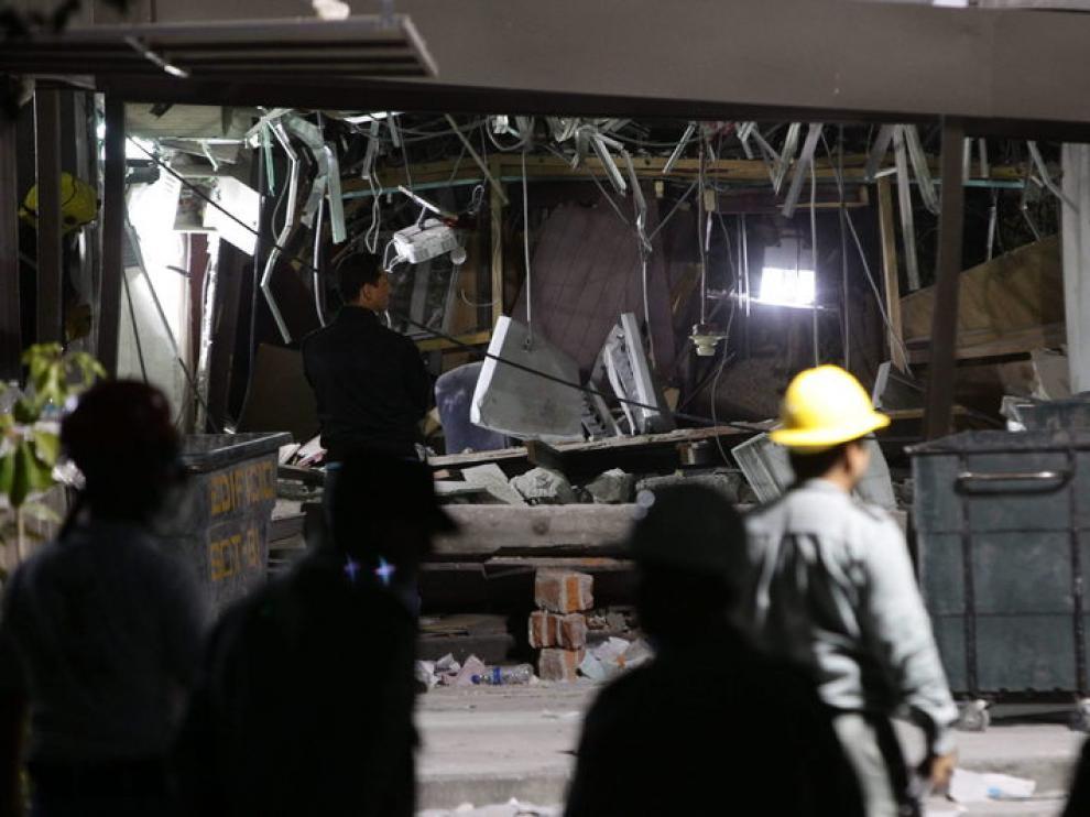 Escombros producidos por la explosión en la sede de Pemex en México