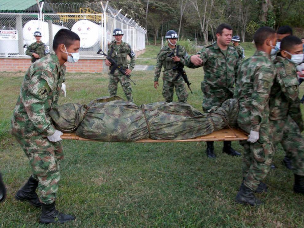 Militares trasladando uno de los cuerpos de los guerrilleros muertos durante un ataque del ejército de Colombia el 31 de enero en el que murió el guerrillero 'Jacobo Arango'