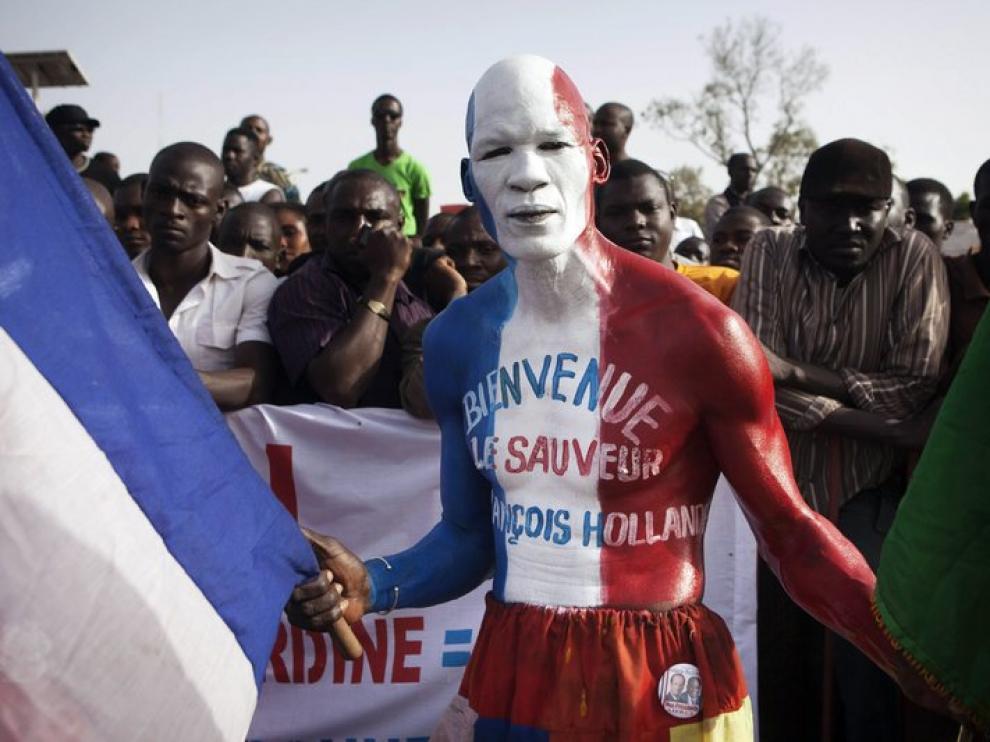 Algunos malies han recibido a Hollande con los colores de la bandera francesa