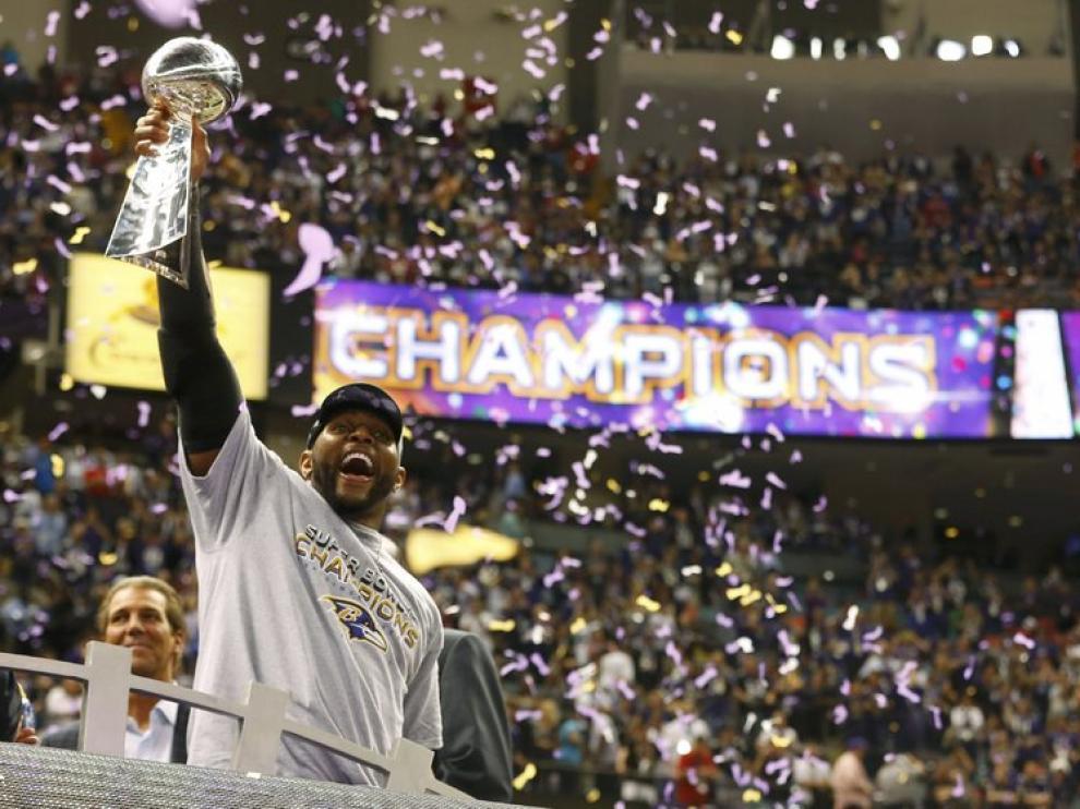 Un jugador de los Ravens celebra su triunfo